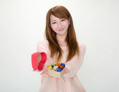 バレンタイン本命チョコを渡す女性