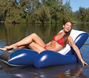 水辺に浮かぶソファー
